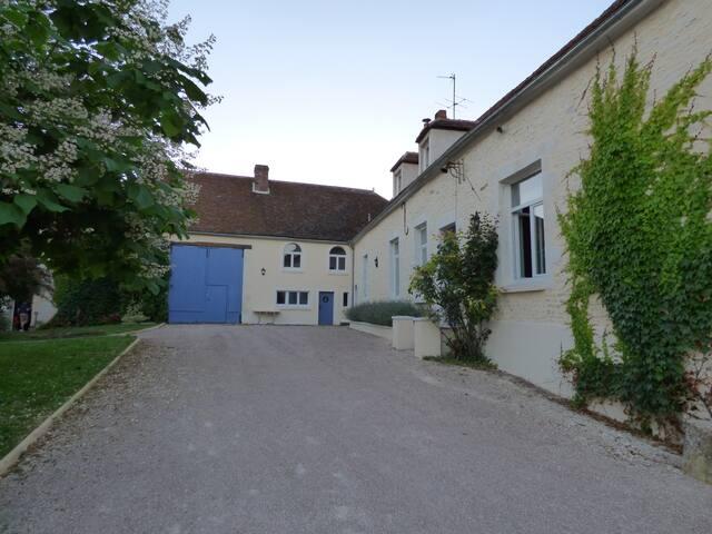 Manoir proche d'Auxerre et de Chablis - Hauterive