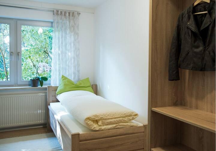 Pension Jederzeit (Wallersdorf), Einzelzimmer mit Gartenblick und kostenfreiem WLAN