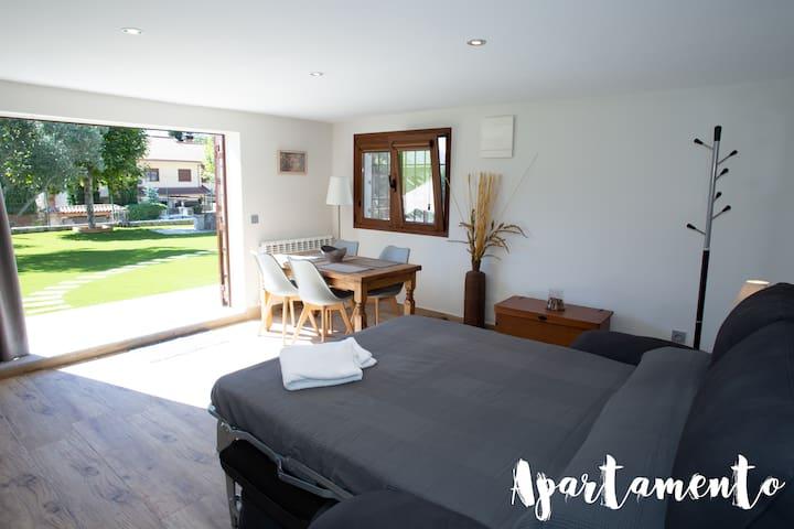 Apartamento ·  Zona anexa a la casa con acceso exclusivo.   Incluye cama doble, minicocina, baño completo, TV y mesa de comedor.  Para 2 personas.