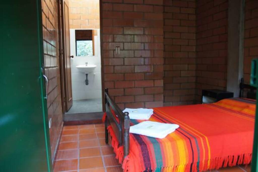 Habitación con cama doble con baño privado