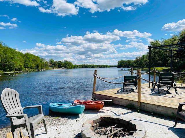 Lake House Hideout w/ hot tub kayaks,fire pit