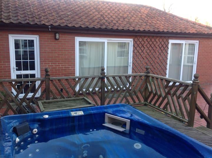 Rural retreat, Peaceful gardens and walks. Hot tub