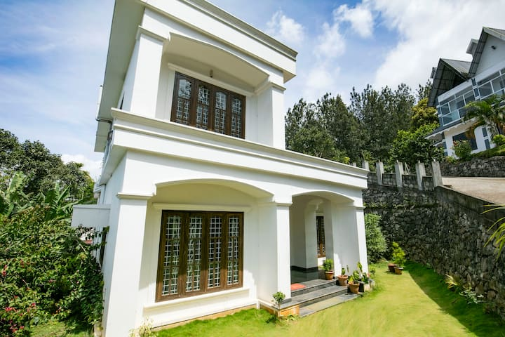 Spacious room in a homely villa for 2 - Idukki