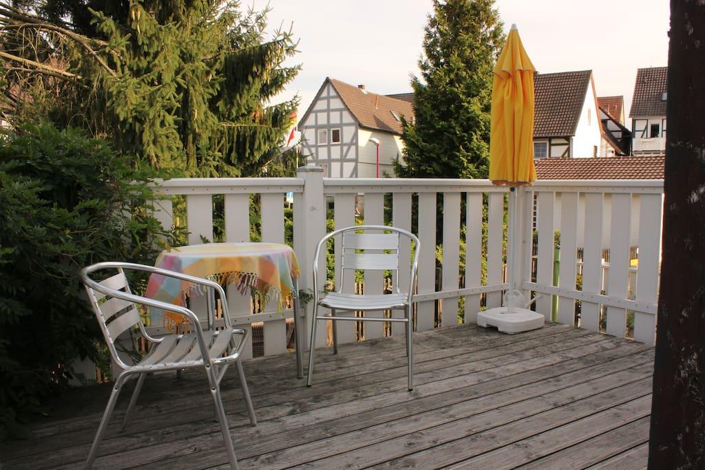 Eigener Balkon mit kleiner Sitzecke