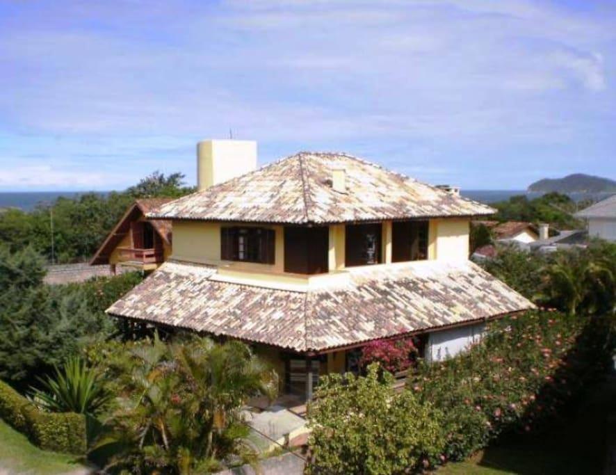 Casa vista de cima, com a Praia do Santinho aos fundos.
