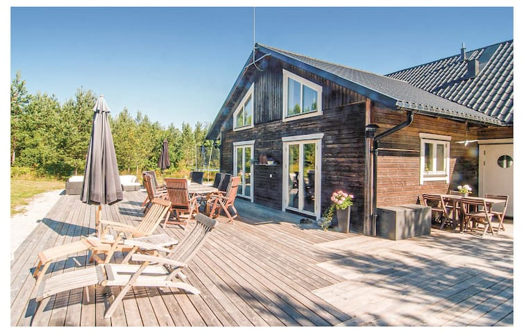 Holiday cottage with 4 bedrooms on 190m² in Lärbro