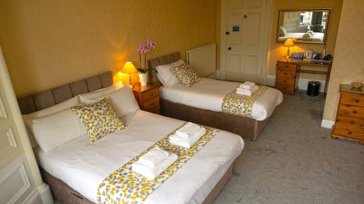 Edinburgh.Arrandale guest house.Large family room