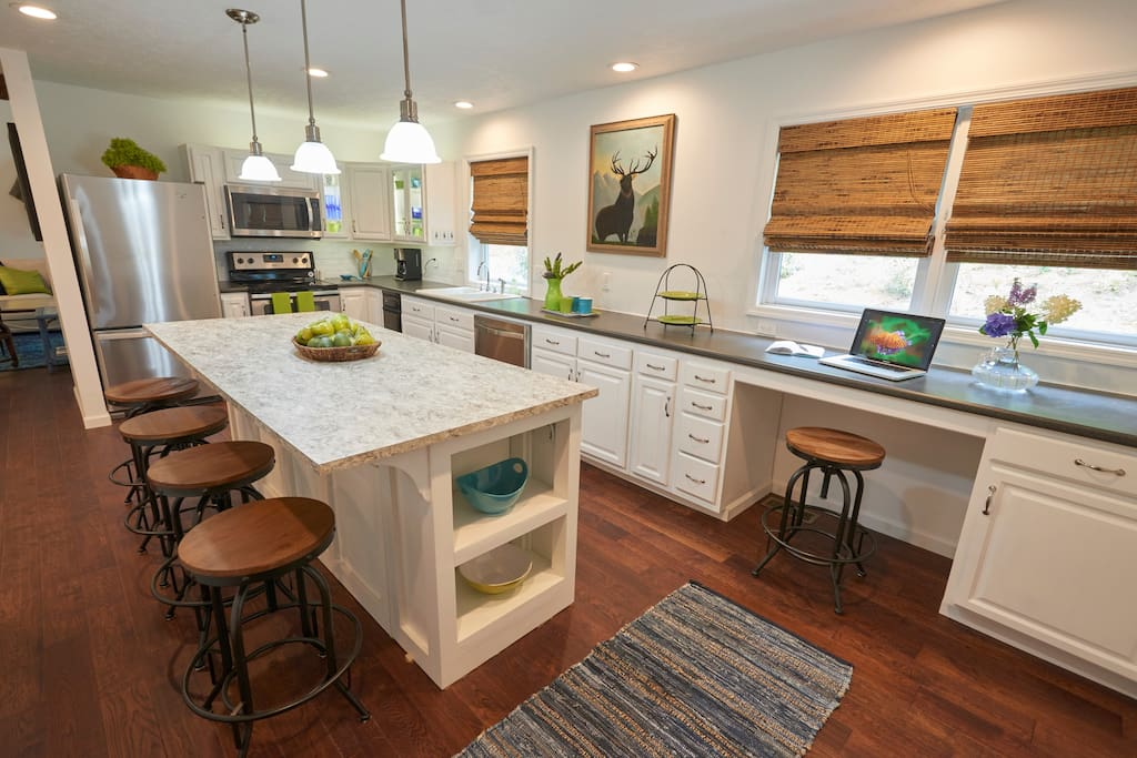 Spacious Kitchen w Island Seating 6-8