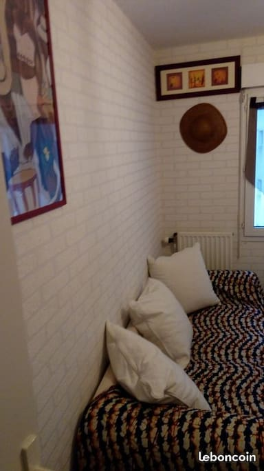 C'est un canapé à dispo pour vous reposer dans la chambre sans vous allonger sur votre lit !
