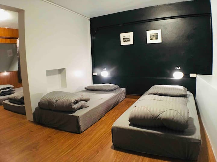 84 gallery / Private group room 4 single bed