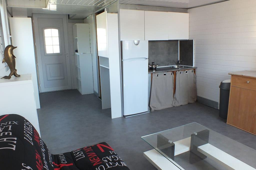 Petite cuisine U.S., belle pièce avec B.Z., T.V T.N.T., Table basse, Clim. réversible,  WIFI et couloirs avec penderie et rangement.