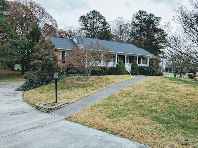 Private room/bathroom in a nice neighborhood ! - Winston-Salem - Hus