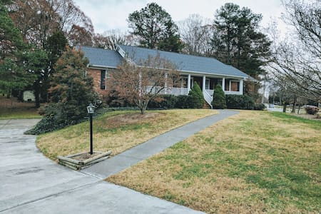 Private room/bathroom in a nice neighborhood ! - Winston-Salem - Haus