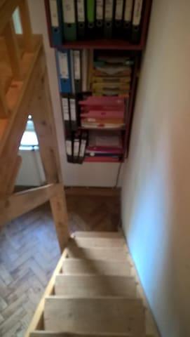 Treppe zum Hochbett im kleinen Schlafzimmer
