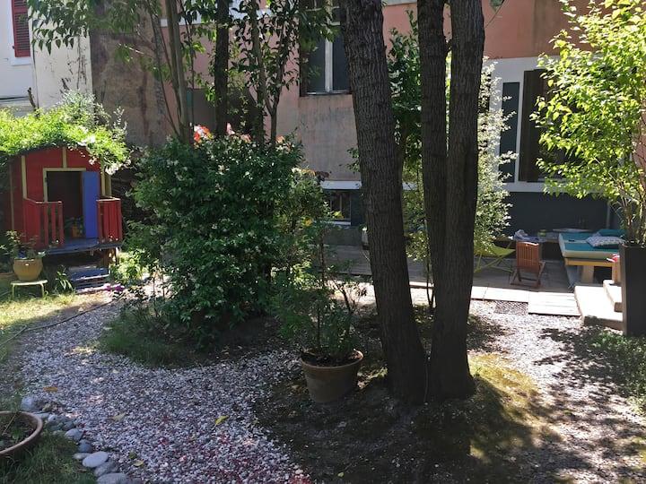 Maison d'artiste avec jardin en centre ville