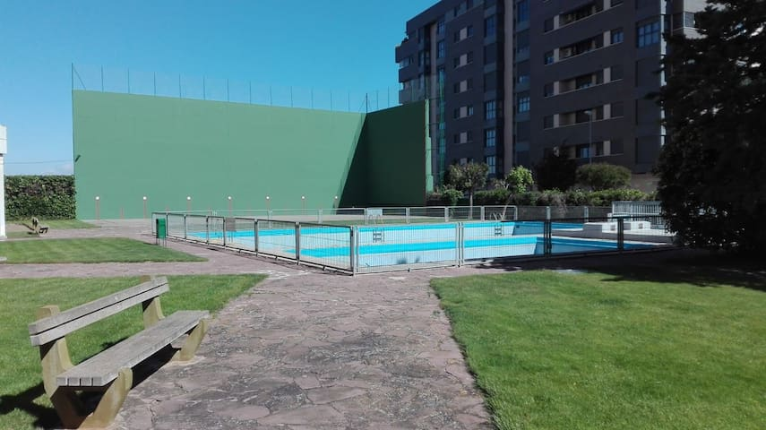 Las Torres_Urbanización con zona verde y piscinas