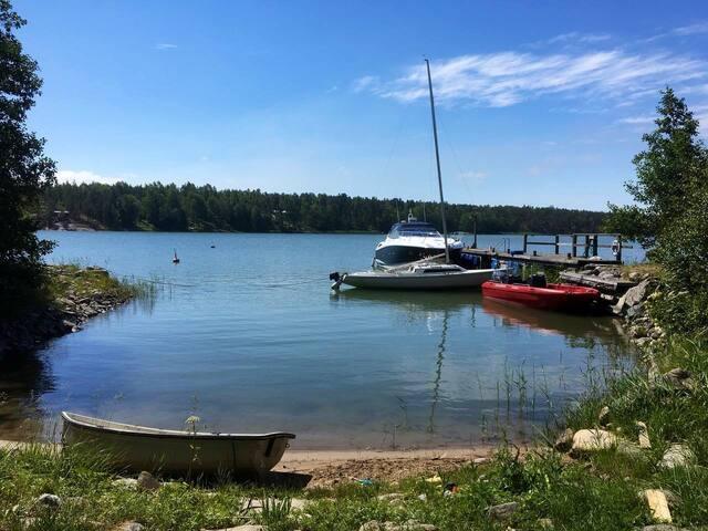 Own private beach. Boats are not included. If needed own boat Can come to deck. Max depth 2,5m. Oma ranta. Kuvan veneet eivät kuluu vuokraan. Tarvittaessa oman veneen saa laituriin. Max syvyys 2,5m.