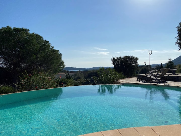 Beautiful traditional villa with sea view and swimming pool 1,5 km from the beach of Pinarello