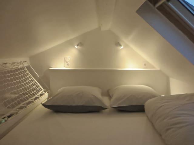 VRAI GRAND LIT CONFORTABLE 160x200 en mezzanine avec LINGE INCLUS GRATUITEMENT (pas de canapé au confort relatif à ouvrir, ni de lit étroit en 140).