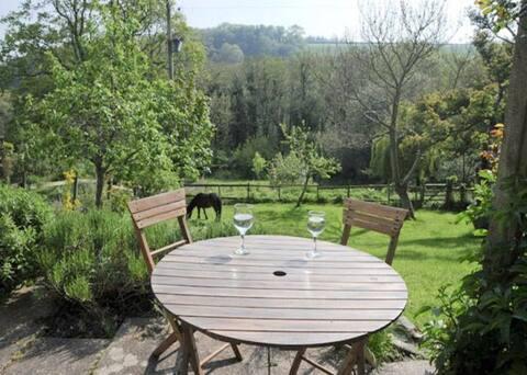 Yardarm Cottage-Heaven's Hideaway.  Dog friendly