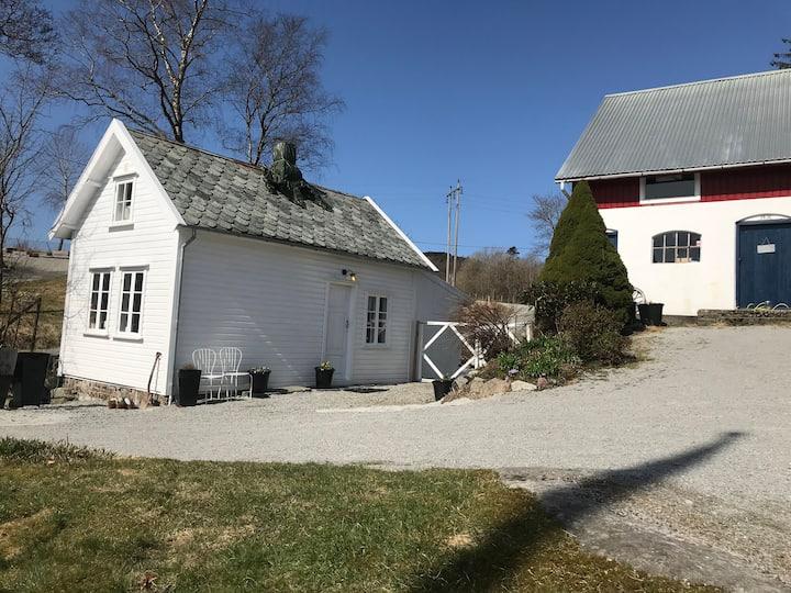 Lovely cottage on a farm/ koselig lite hus på gård