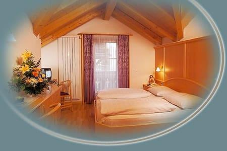 Übernachtungsmöglichkeit mit 4 Doppelzimmer - Bulla