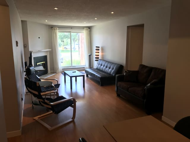 London! 2 BR GROUND FLOOR CONDO+ parking.