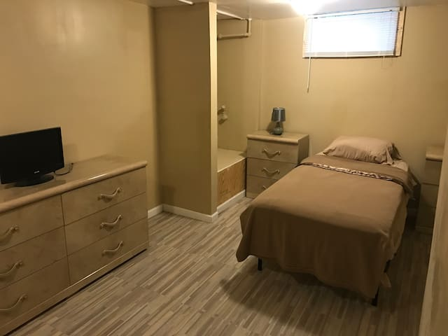 Very nice and clean basement room#2 - Detroit - Talo