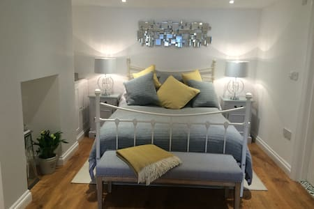 Beautiful Lower Ground Floor Family Suite - Kingsbridge
