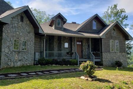 5-STAR Immaculate Home in Banner Elk with Spectacular Mountain Views!