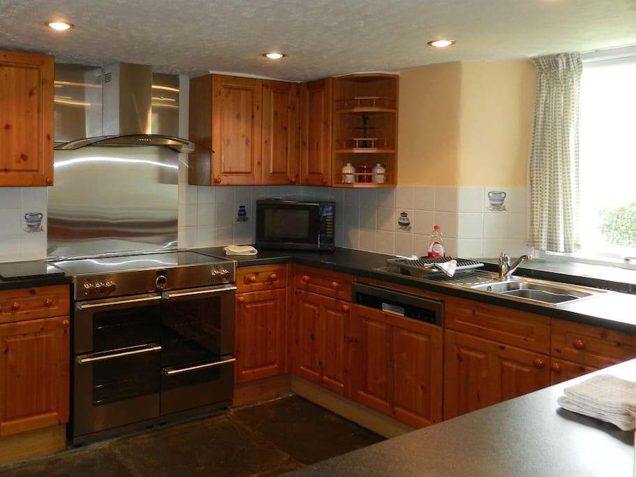 Kitchen with double electric range with induction hob