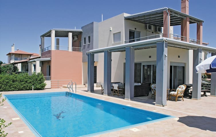 Holiday cottage with 5 bedrooms on 185m² in Vrahati