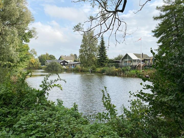 Fred og ro i nyopført hus direkte til sø