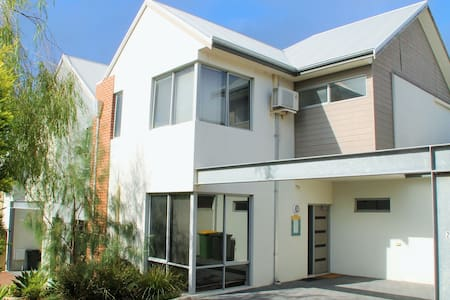 North Fremantle Executive Townhouse - North Fremantle