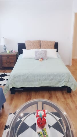 Cozy condo in Best location Santa Monica with pkg