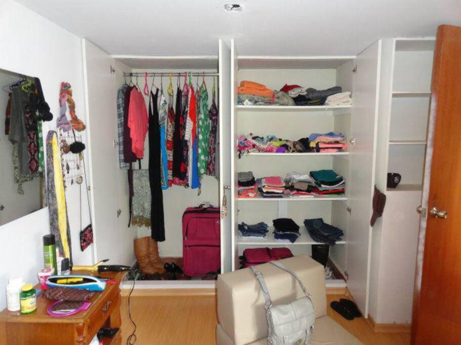 El guarda ropa del dormitorio