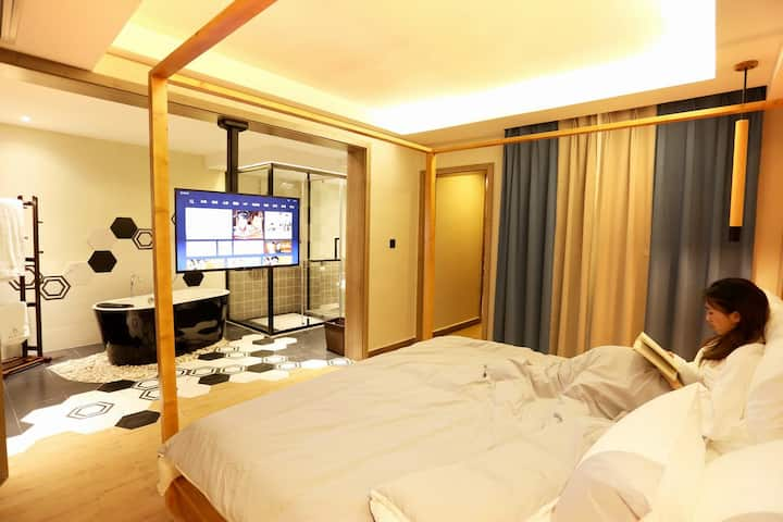 凤凰古城中心,住玲姐家的2米大床浴缸房,双份早餐 ,服务超赞!停车方便!