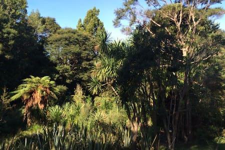 Titirangi Bush Paradise Home - Auckland