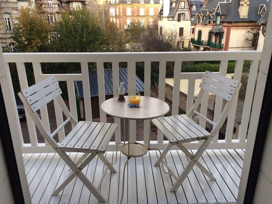 Balcon avec vue sur les villas