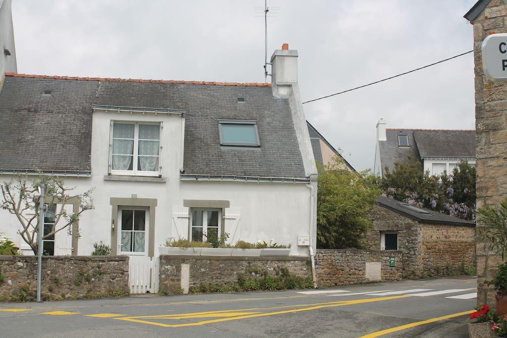 Maison de pêcheur traditionnelle : une porte, 2 fenêtres. La maison comprend la partie droite, fenêtre, velux à l'étage et la petite chambre enfant dans la partie en pierres. L'entrée se fait par la terrasse.