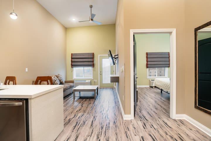 625 sq ft / 1 Bedroom Luxury w/ balcony Spa Shower