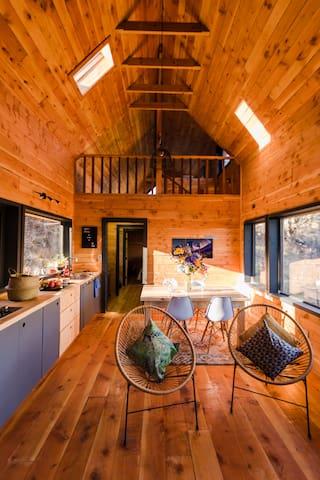 Espacio concepto abierto, Estar, comedor cocina. Vista hacia el segundo nivel.