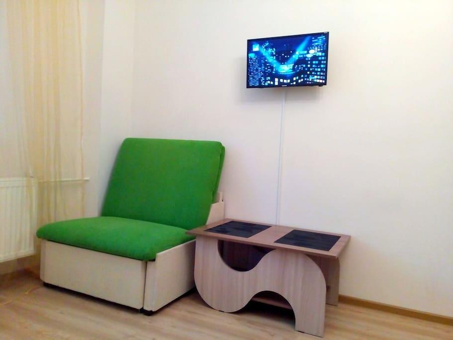 Телевизор и столик