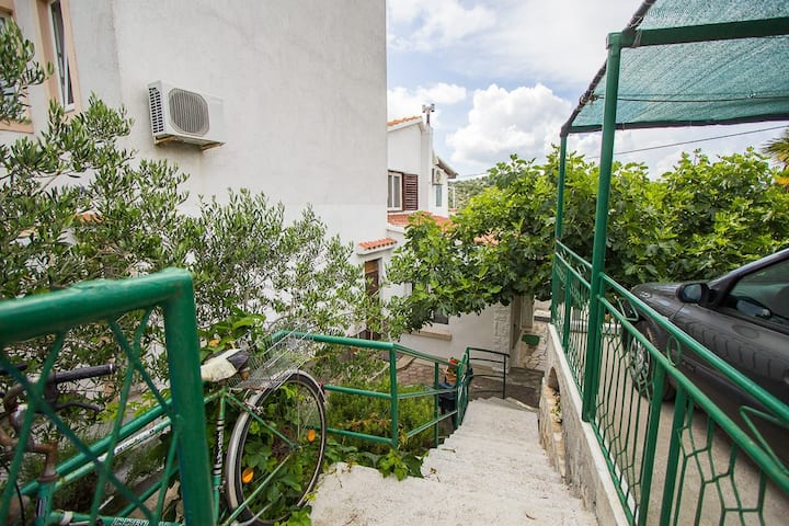 Apartments Villa Dolores / Two bedroom apartment with terrace and sea view (stari)