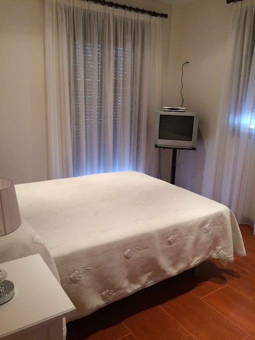 El dormitorio principal esta equipado con reposa maletas, roperos empotrados ç, aire acondicionado y tv