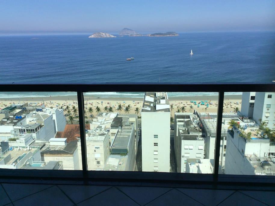 Vista da varanda do apartamento mais alto da Torre do Tiffany's que vai além das Ilhas Cagarras no Oceano Atlantico na praia de Ipanema.