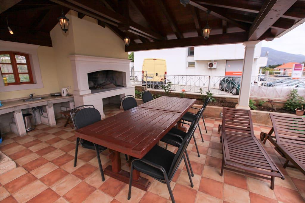 Prostorná terasa s posezením a grilem