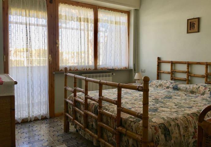 Seconda camera al primo piano con ampie finestre e terrazzo privato / Second bedroom on the first floor with large windows and private terrace