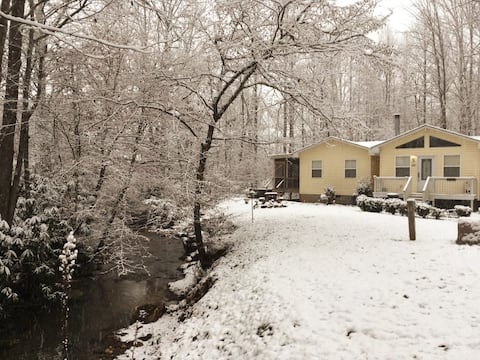 Nanny's Creekside Cabin, The Cutest on The Creek