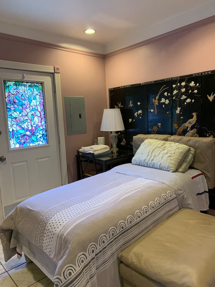 2183 private entrance room C twin bed not queen